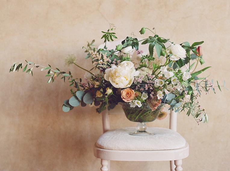composizione-floreale-sedia